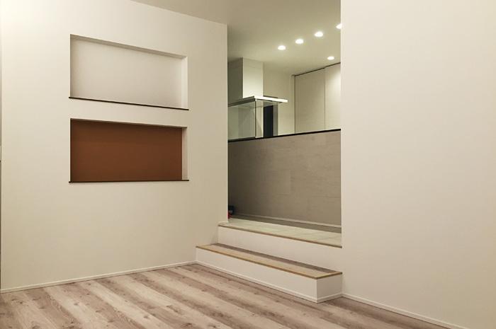 キッチンスペースは、2段上がったスキップフロア。キッチンからは、リビング全体が見渡せる。