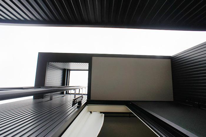 雪下し用に、フラットルーフをくり抜いて設置した常設梯子。外観を崩さずにスマートに設置。