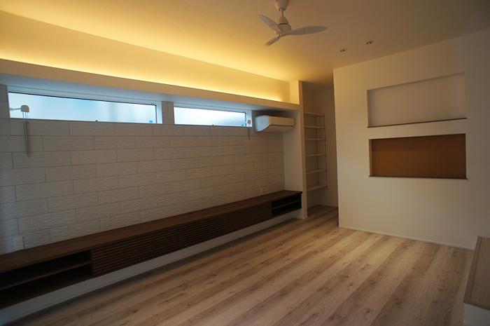 間接照明は、温調タイプを採用。明るさを落とすと白熱灯のような暖かな色合いに変化する。