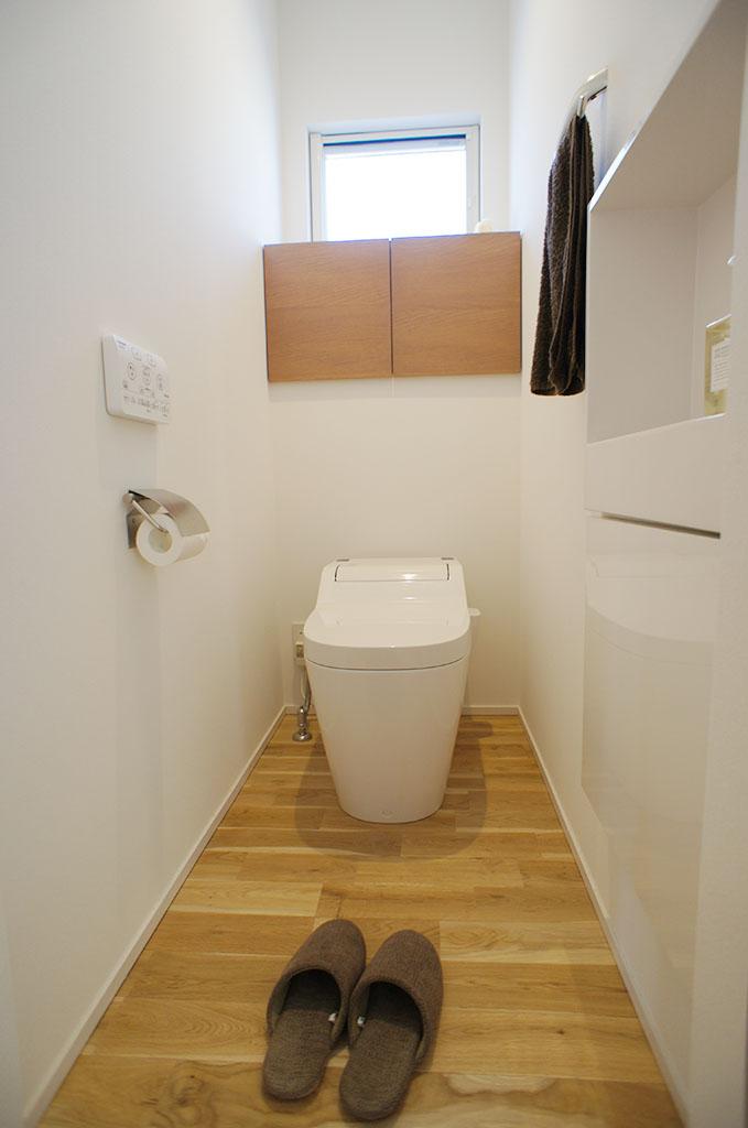 トイレにも造作収納を配置した。また手洗い器を壁に埋め込む事で圧迫感のない空間に。