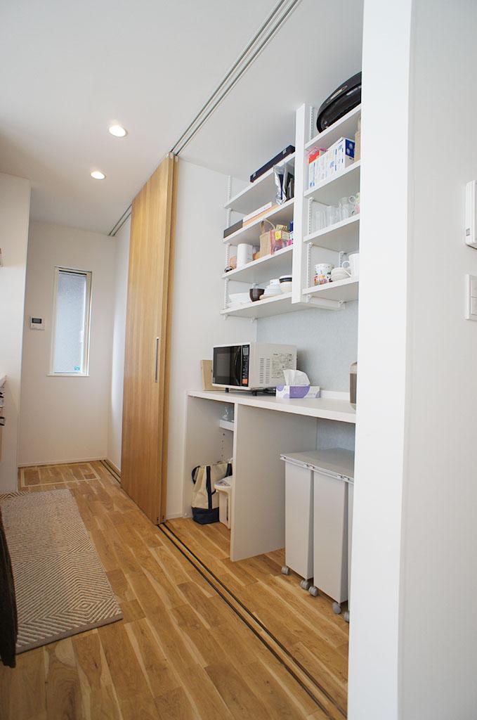食器棚は引違の扉ではなく、全体にレールを敷く事で全開放して使えるように計画した。