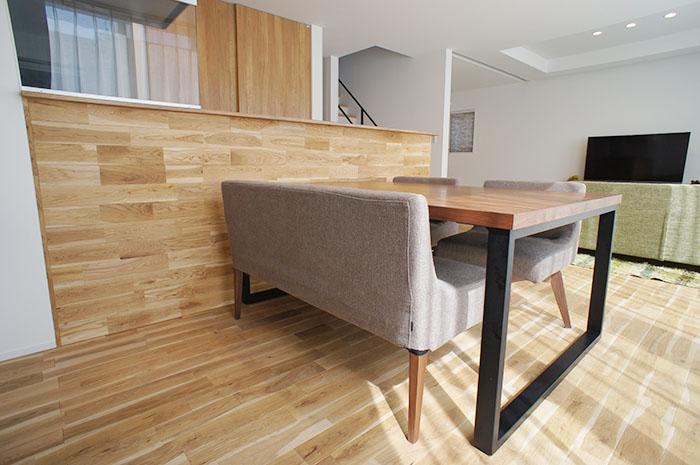 ダイニングテーブルもオリジナル。 空間になじむようにデザインした。
