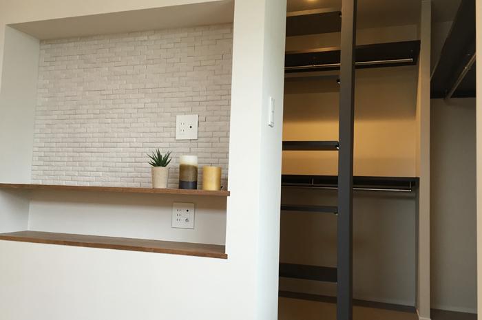 壁掛けTVを設置するためのニッチを造作。背面は、エコカラット貼り。細部にもこだわりました。