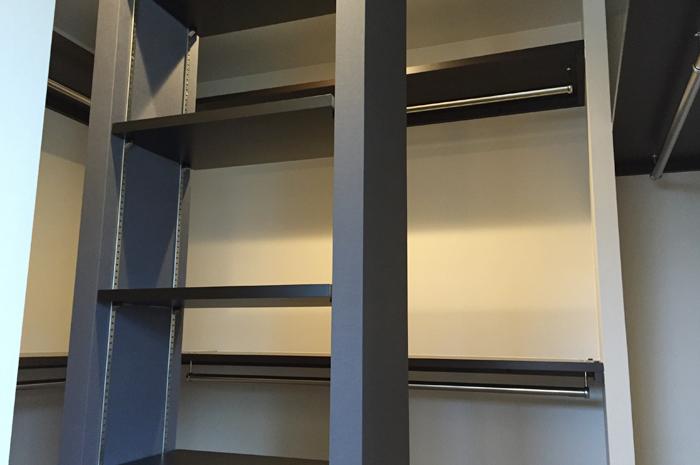 クローゼット内に独立した収納棚を配置。ハンドバックや帽子などの収納に活躍。
