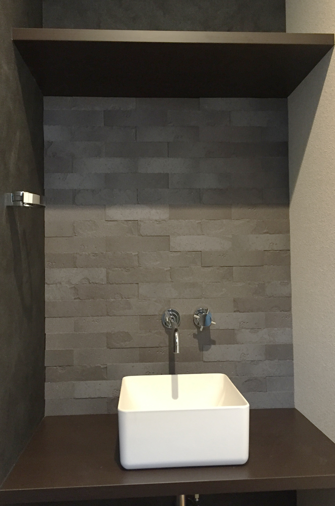 ブラックを基調にシックにまとめられたトイレ内の手洗いスペース。