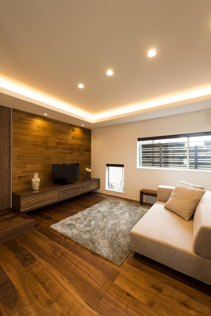 床・壁・TV台と3つのウォールナットを使い、一体感がある壁面に。