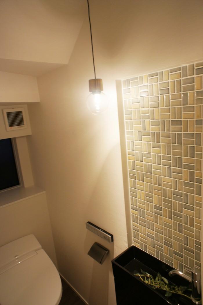 手洗器とモザイクタイルのアクセントに、電球型の照明でこだわりの空間に。