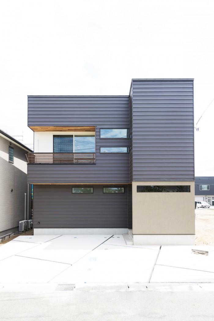 ガルバリウム鋼板をベースに、塗り壁、無垢材を組み合わせたスクエアなフォルムの外観デザイン。