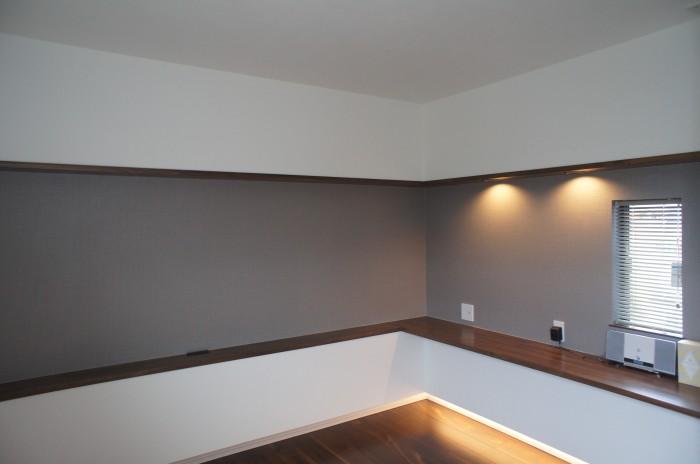 寝室は間接照明を利用した落ち着きの空間に。そして寝室と子供室を繋げ家族構成の変化、室の有効利用を考えた間取り。