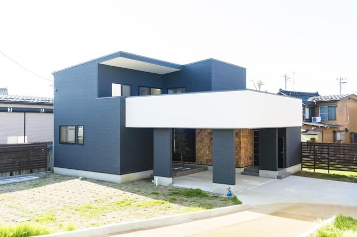ゆったりとしたオープンガレージが見どころのシンプルモダンな外観