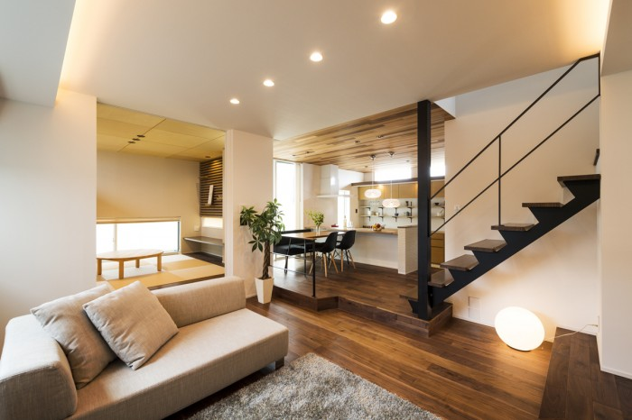 この家の象徴、「ウォールナット」を引き立たせる為、スキップフロアと天井間接照明をバランスよく使い、開放感のある空間を演出。