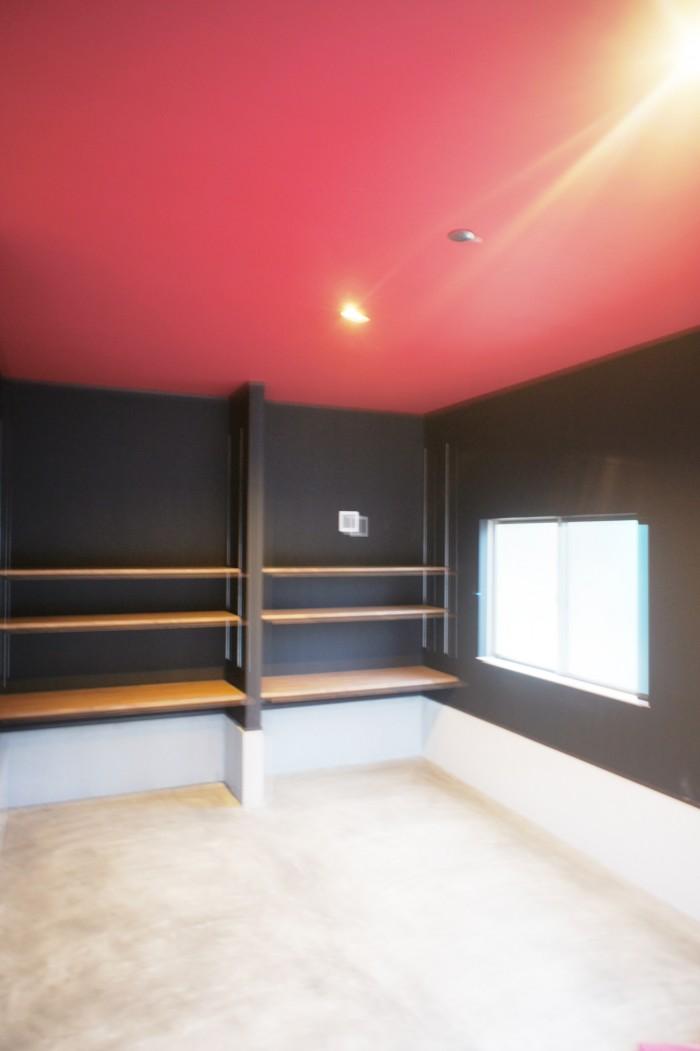 壁・天井の仕上げをブラックとレッドに塗装。