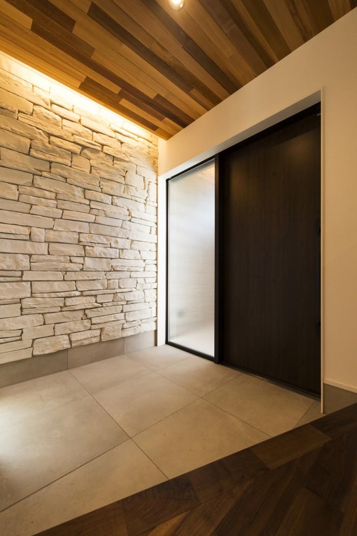 石貼りと間接照明がゲストを暖かく迎えてくれる、優雅な玄関ホール。