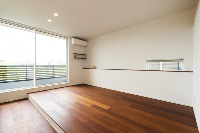 床にはメルバウを用い、段差をつけることで生活感を感じさせないホテルのような寝室空間。