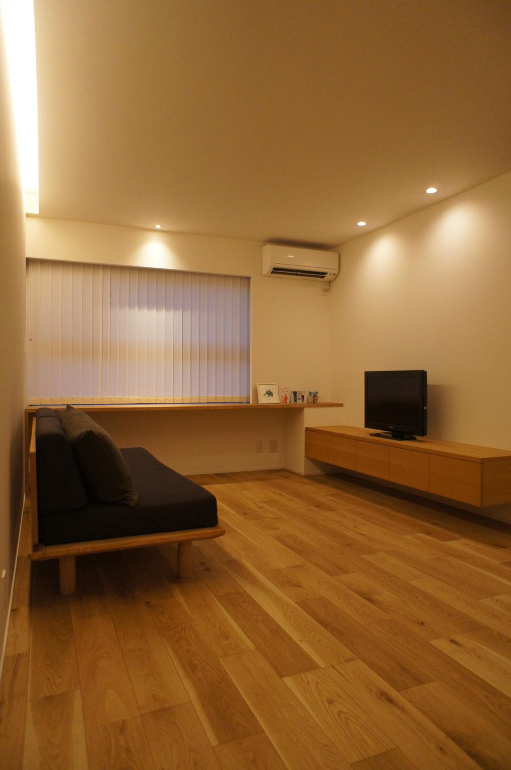 室内はナラの突板でまとめた、シンプルでナチュラルな空間。
