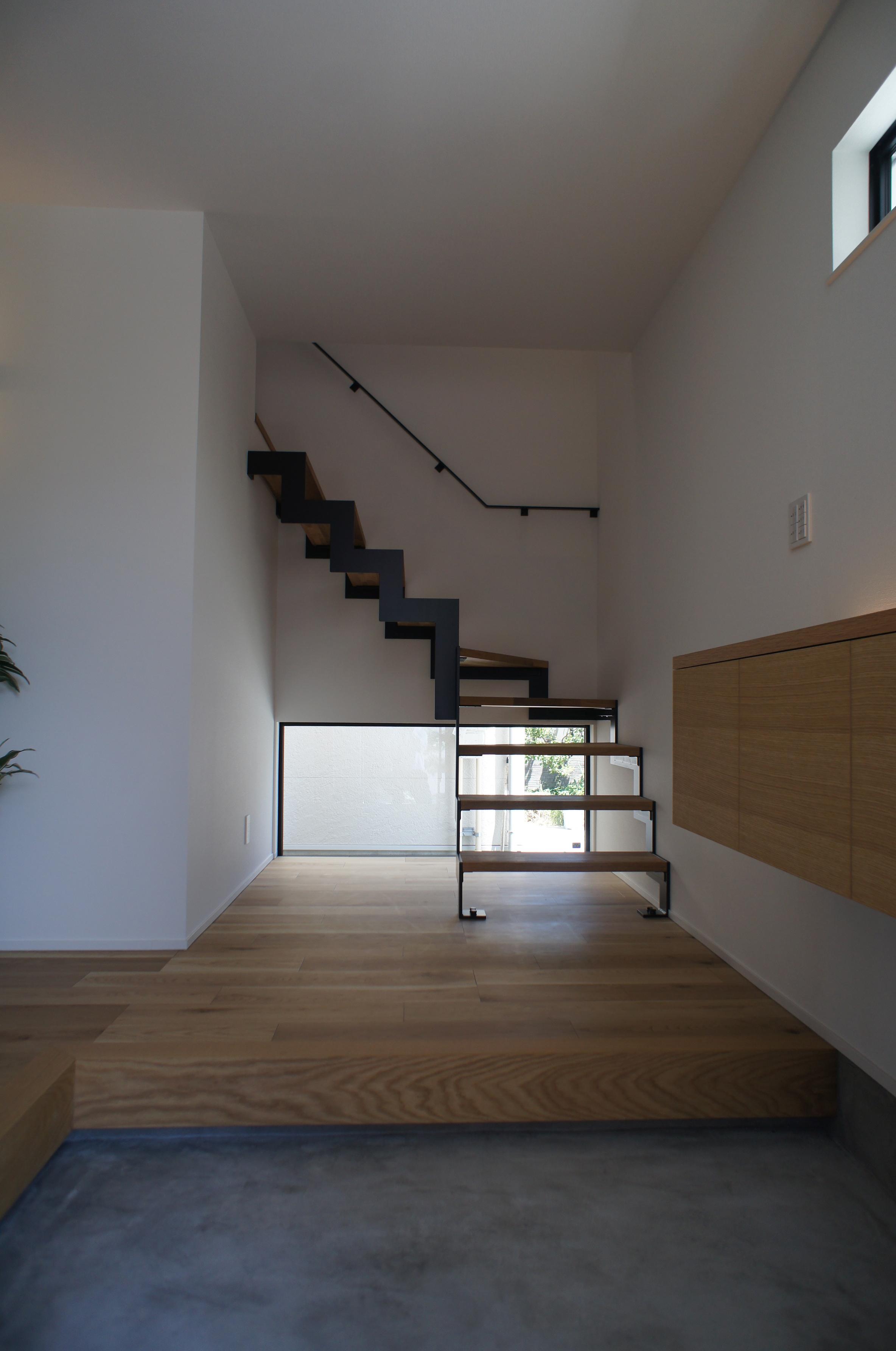 洗練された空間を生むスチール階段。