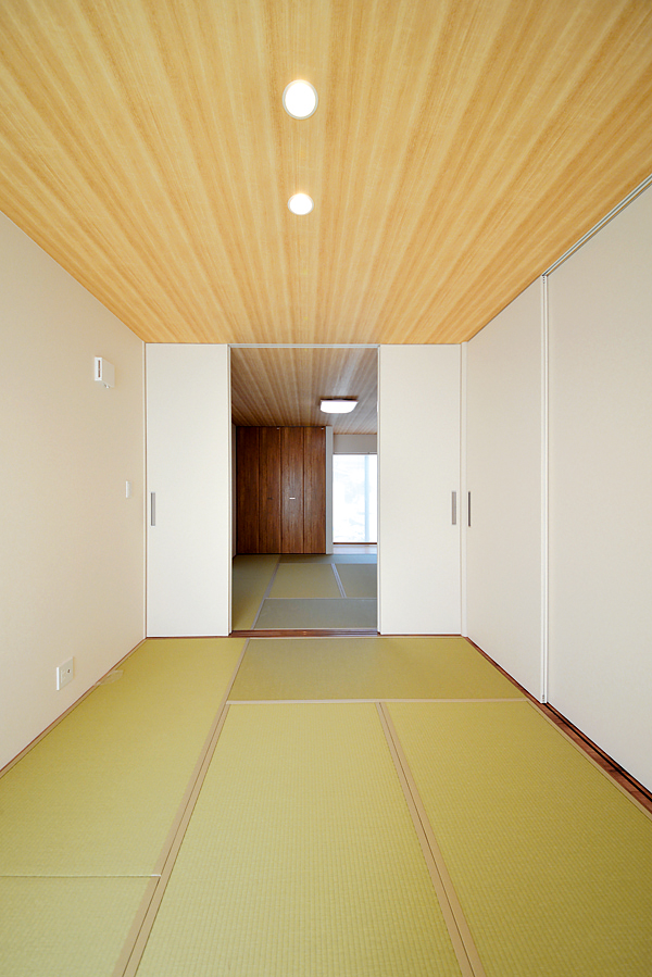 ご両親のLDKには6畳と8畳の和室が併設しており、集まりの時に使えるように開放的な空間に。