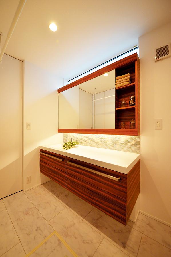 モザイクタイルと間接照明が上品な印象の清潔感あふれる造作洗面化粧台