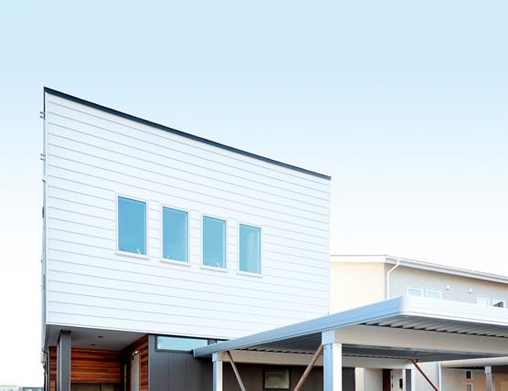 ホワイトのガルバリウム鋼板をベースに無垢材を組み合わせた外観デザイン