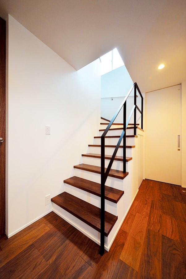 ウォールナットの階段にブラックのアイアン手すりで解放感とかっこよさを演出