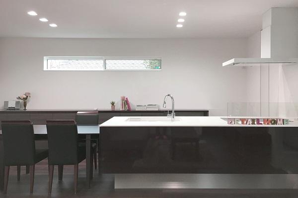 チャコールブラウンとホワイトで統一されたカラーコーディネートで空間の落ち着きを造り、家具などのインテリアカラーを生かせる