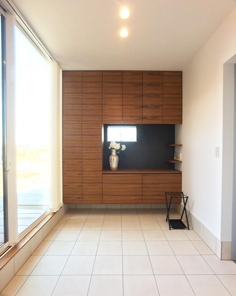 大きな窓が印象的な約7畳の玄関空間は自転車も置けるゆとりのスペース