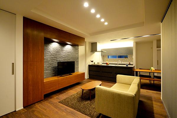 石のようなタイルをアクセントに室内カラーを考えた造作TV台で個性を演出。