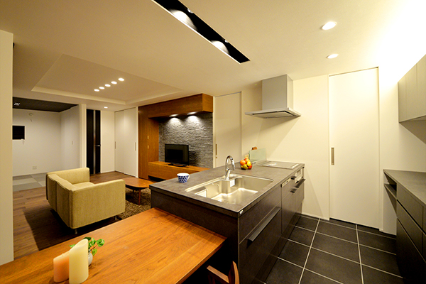 迫力あるセラミック天板のキッチン。表面が硬質でキズや汚れに強く、変わらない美しさが楽しめる。 こだわりのキッチンを中心としたダイニング空間。