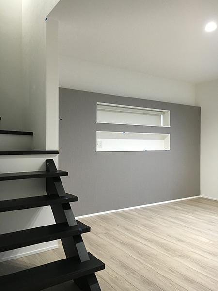 寝室内でウォークインクローゼットをスキップフロアとすることでより広々見え、メリハリの効いた空間に。