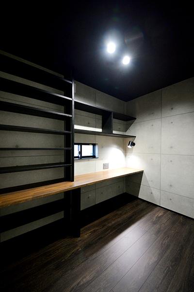 ほどよい明かりで落ち着ける空間。御施主様のコレクションを収納できる造り付けのカウンターと本棚。