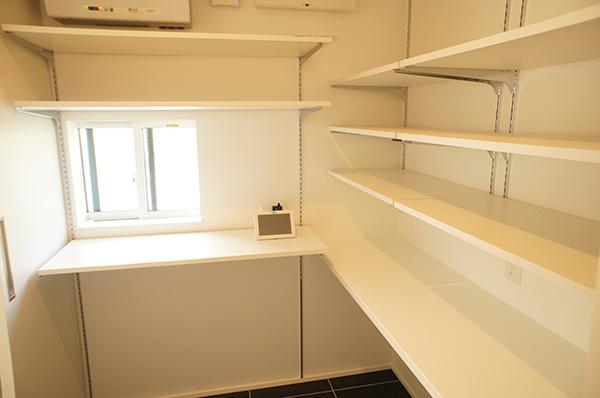 キッチンに繋がるパントリーにレンジなどの家電を収納。食品庫としてだけでなく、一体のキッチン空間として使えるような間取り。
