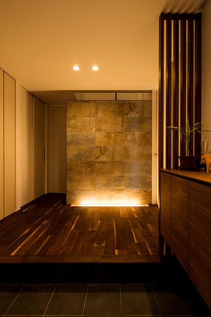 タイルや自然素材をアクセントに上質で趣のある玄関ホール。