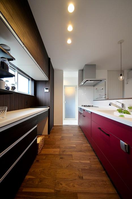 奥様のお気に入りの赤のキッチン。家事のテンションも上々に。