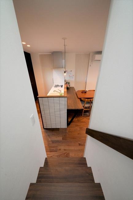 家族の顔が見えるリビング階段。冬場の暖気が逃げない様に扉も設置。