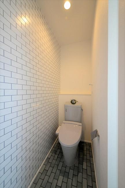 2Fのトイレは明り取りの開口で無窓トイレも明るい印象に。