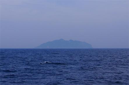 ph02_沖ノ島(遠景)