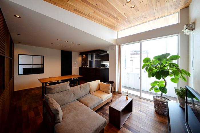 リビングはレッドシダーの勾配天井と採光窓により空間に広がりと明るさをもたらす