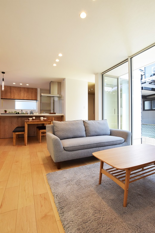 薪ストーブと吹抜けが家族をつなぐ、ガレージのある2世帯住宅|新潟市西蒲区|H様邸